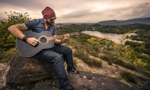 Muž s kytarou a plnovousem